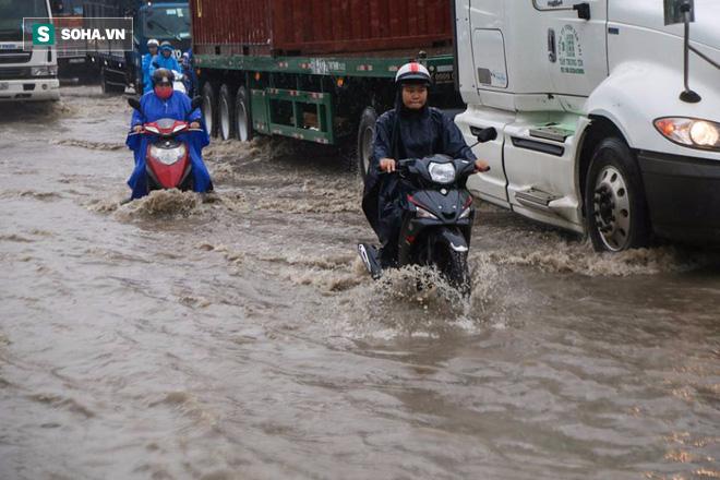Người Sài Gòn lại bì bõm lội nước trên đường phố sau trận mưa lớn - Ảnh 5.