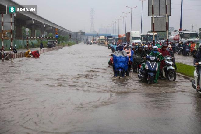Người Sài Gòn lại bì bõm lội nước trên đường phố sau trận mưa lớn - Ảnh 4.