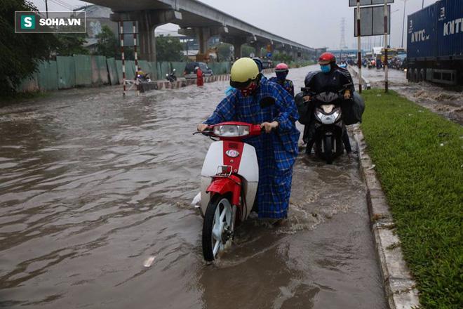 Người Sài Gòn lại bì bõm lội nước trên đường phố sau trận mưa lớn - Ảnh 8.