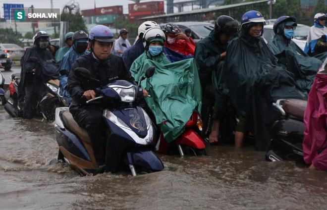 Người Sài Gòn lại bì bõm lội nước trên đường phố sau trận mưa lớn - Ảnh 3.