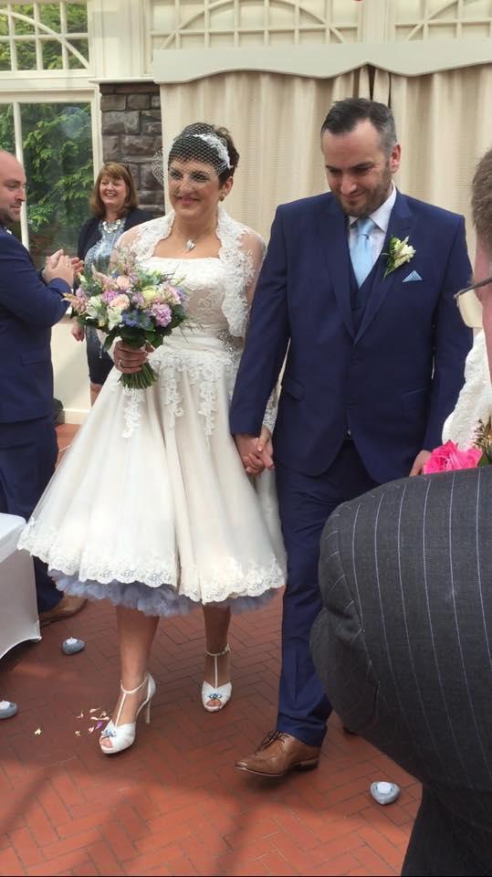 Bố mẹ yêu cầu hai cô con gái 8 và 12 tuổi mặc váy cưới chụp ảnh vì một lý do sẽ khiến ta bật khóc - Ảnh 7.
