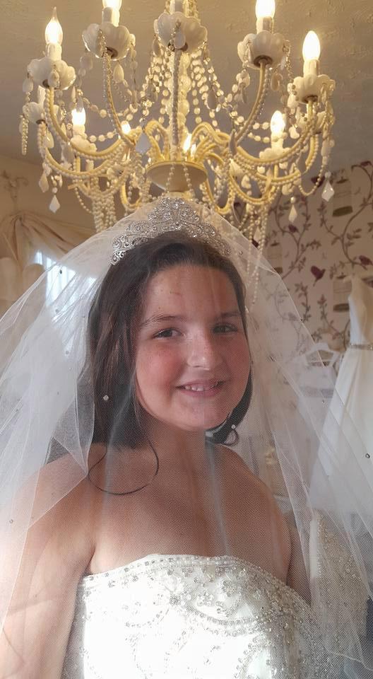 Bố mẹ yêu cầu hai cô con gái 8 và 12 tuổi mặc váy cưới chụp ảnh vì một lý do sẽ khiến ta bật khóc - Ảnh 4.