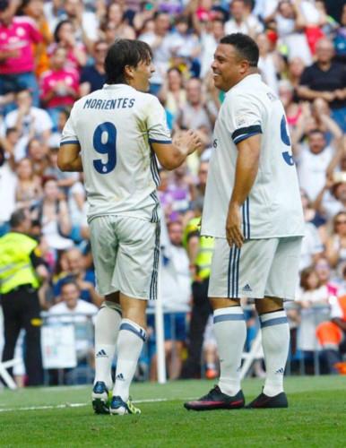 Ronaldo béo khệ nệ ôm bụng tái xuất trong màu áo Real Madrid - Ảnh 2.