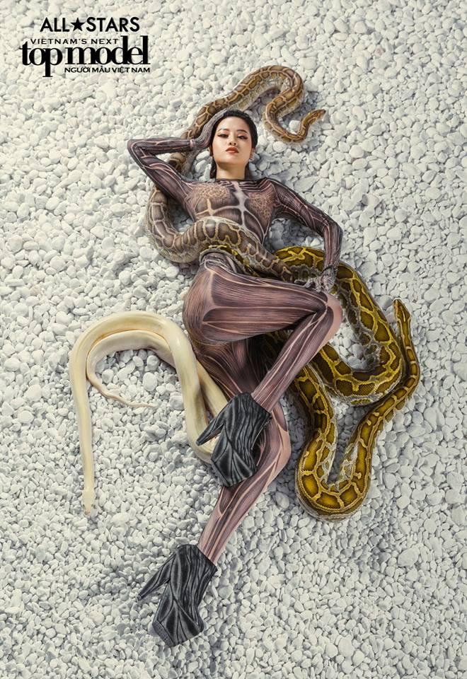 Lộ nhược điểm cơ thể khi chụp với trăn, Thùy Trâm bị loại khỏi Vietnams Next Top Model - Ảnh 4.