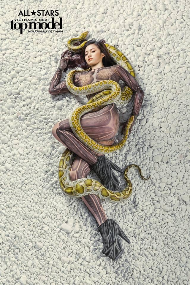 Lộ nhược điểm cơ thể khi chụp với trăn, Thùy Trâm bị loại khỏi Vietnams Next Top Model - Ảnh 6.
