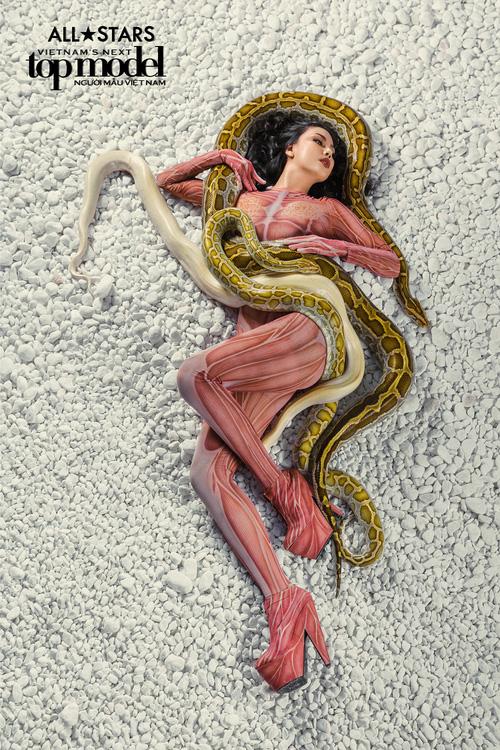 Lộ nhược điểm cơ thể khi chụp với trăn, Thùy Trâm bị loại khỏi Vietnams Next Top Model - Ảnh 14.
