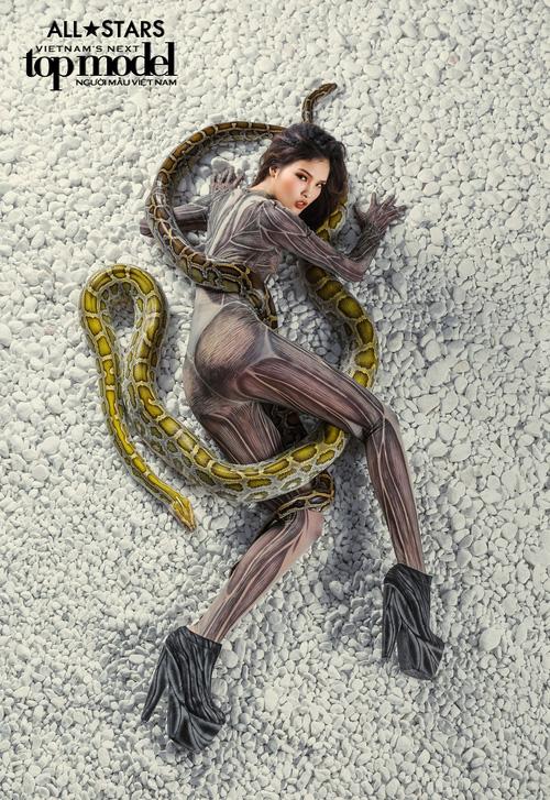 Lộ nhược điểm cơ thể khi chụp với trăn, Thùy Trâm bị loại khỏi Vietnams Next Top Model - Ảnh 12.