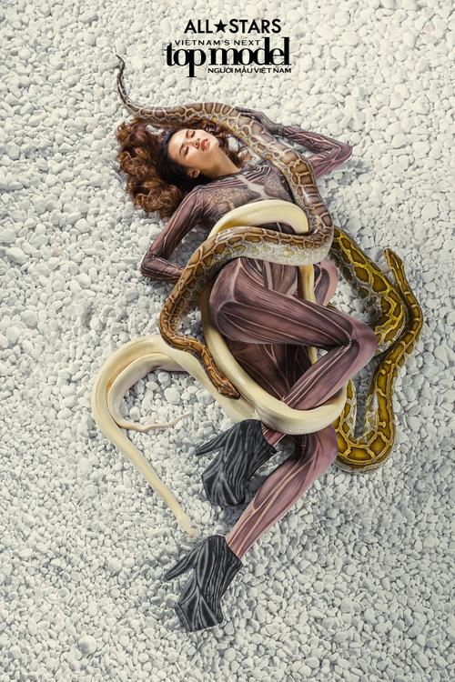 Lộ nhược điểm cơ thể khi chụp với trăn, Thùy Trâm bị loại khỏi Vietnams Next Top Model - Ảnh 11.
