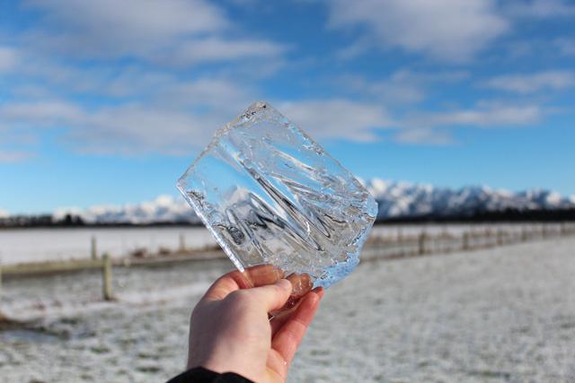 Nước nóng đóng băng nhanh hơn nước lạnh, các nhà khoa học có thể đã tìm ra được nguyên nhân tại sao - Ảnh 3.