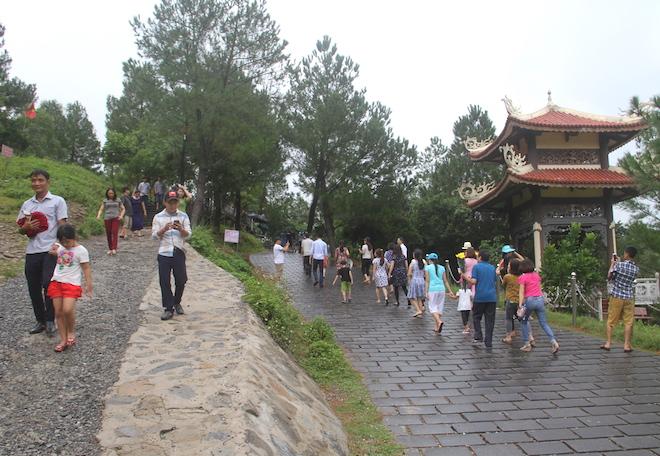 Nhiều người đội mưa đến dâng hương mộ Đại tướng trước ngày 27/7 - Ảnh 1.