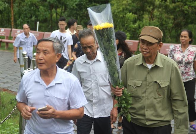 Nhiều người đội mưa đến dâng hương mộ Đại tướng trước ngày 27/7 - Ảnh 2.