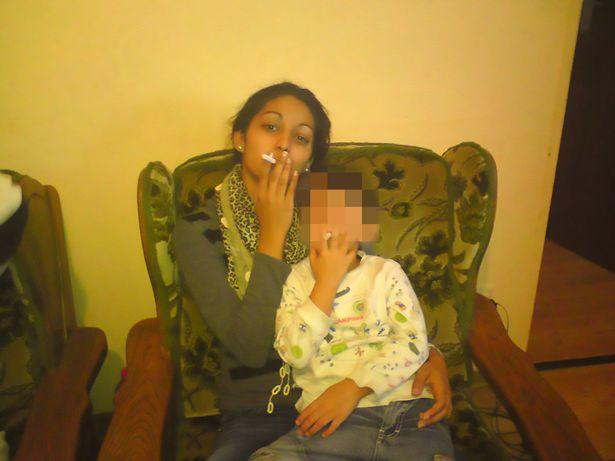 Bố thản nhiên tiếp tay cho con gái nhỏ hút thuốc khiến cộng đồng mạng phẫn nộ - Ảnh 1.