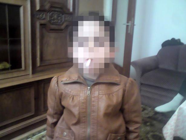 Bố thản nhiên tiếp tay cho con gái nhỏ hút thuốc khiến cộng đồng mạng phẫn nộ - Ảnh 2.