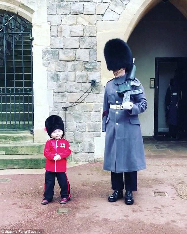Cậu nhóc 4 tuổi trong trang phục lính gác đốn gục trái tim cư dân mạng với hành động siêu đáng yêu này! - Ảnh 1.