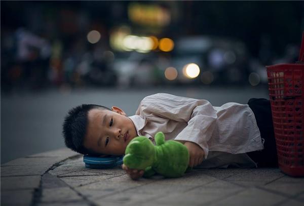 Sự thật bất ngờ về cậu bé đánh giày đang gây bão cộng đồng mạng - Ảnh 2.