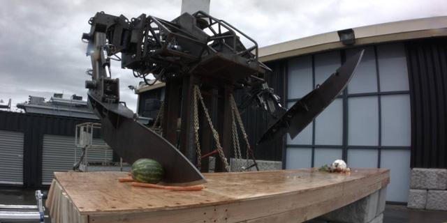Cùng xem robot đầu bếp khổng lồ băm nhỏ chiếc đàn piano - Ảnh 1.