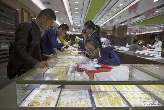Ngôi làng nhiều vàng bạc châu báu nhất Trung Quốc: Xách túi nilon đựng vàng ròng đi ngoài đường cũng chẳng lo bị cướp - Ảnh 2.