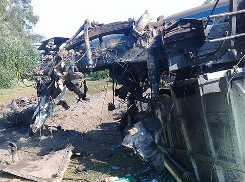 Thừa Thiên Huế: Tàu hoả đâm xe tải, lật khỏi đường ray, 3 người chết tại chỗ - Ảnh 1.