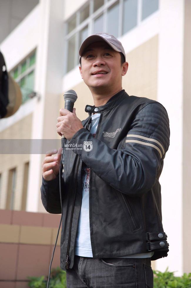 Một lần nữa, MC Anh Tuấn lại gây xúc động khi chạy chiếc xe của Trần Lập dẫn đoàn diễu hành trên phố - Ảnh 1.