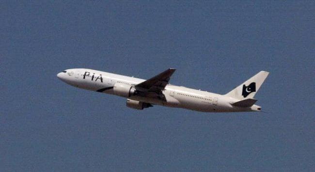 Máy bay nhồi nhét khách, 7 hành khách phải đứng suốt 3 tiếng đồng hồ - Ảnh 1.