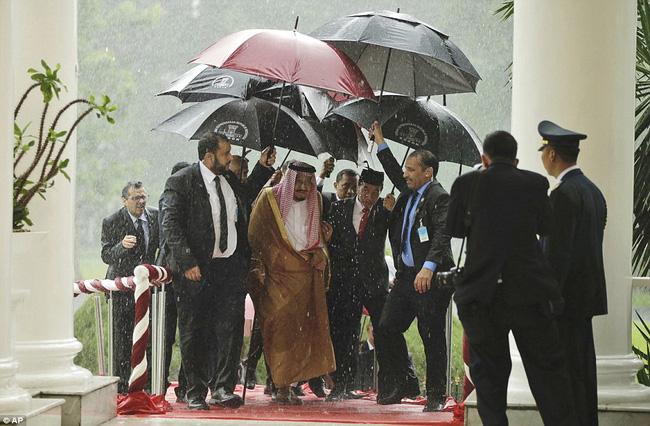 Vua Ả Rập gây ấn tượng khi đi công du với 459 tấn hành lý và máy bay, thang cuốn mạ vàng - Ảnh 1.