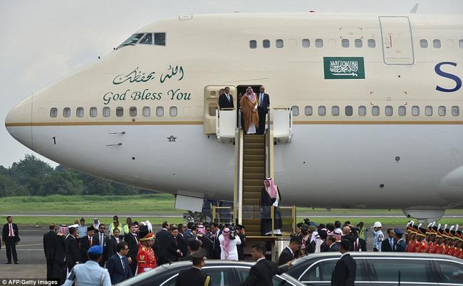 Vua Ả Rập gây ấn tượng khi đi công du với 459 tấn hành lý và máy bay, thang cuốn mạ vàng - Ảnh 2.