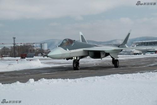 Lộ diện nguyên mẫu mới nhất của siêu tiêm kích Sukhoi T-50 - Ảnh 1.