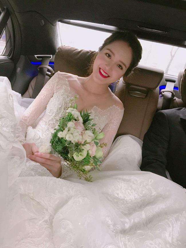 Á hậu Hoàng Anh rạng rỡ với váy trắng tinh khôi trong tiệc cưới - Ảnh 1.