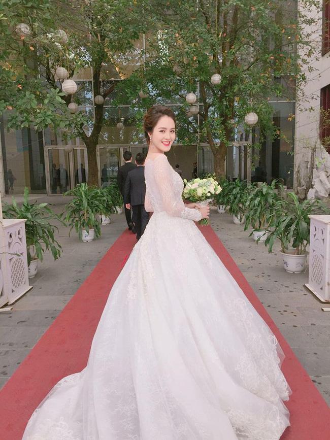 Á hậu Hoàng Anh rạng rỡ với váy trắng tinh khôi trong tiệc cưới - Ảnh 2.