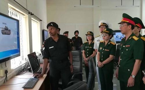 Tướng Ấn Độ khen ngợi sĩ quan Việt Nam huấn luyện trên xe tăng hiện đại - Ảnh 1.