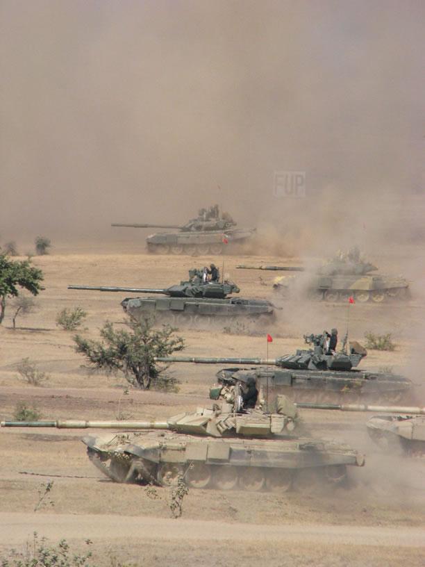 Tướng Ấn Độ khen ngợi sĩ quan Việt Nam huấn luyện trên xe tăng hiện đại - Ảnh 2.