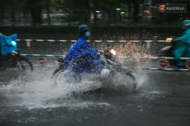 Hàng loạt chuyến bay tại Tân Sơn Nhất bị ảnh hưởng do mưa lớn bất thường - Ảnh 7.
