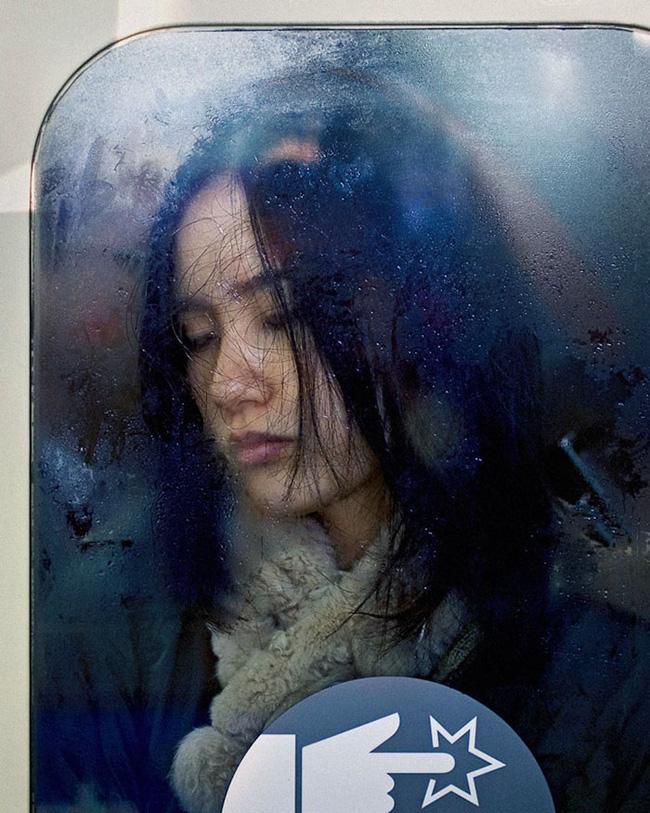 Nỗi chán chường và mệt nhoài với cuộc sống chất đầy chuyến tàu điện Nhật Bản - Ảnh 1.
