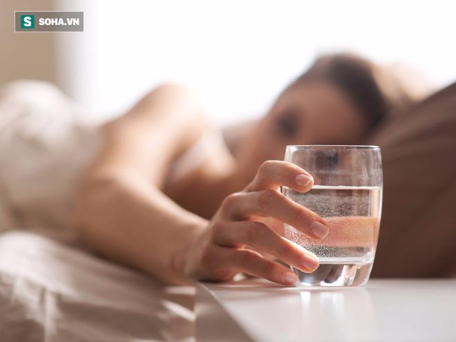 Nhiệt độ nước khi uống, pha sữa, mật ong, trà bao nhiêu là tốt? Hãy nghe chuyên gia khuyên - Ảnh 1.