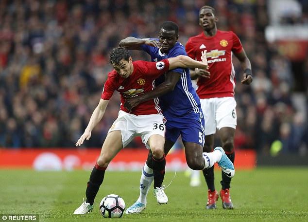 Hậu vệ Man Utd nhận phiếu phạt khi đang vi vu cùng người yêu - Ảnh 2.
