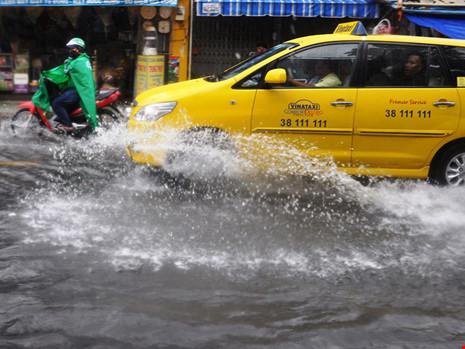 Mưa lớn, đường TP.HCM ngập nặng giữa mùa nóng - Ảnh 1.