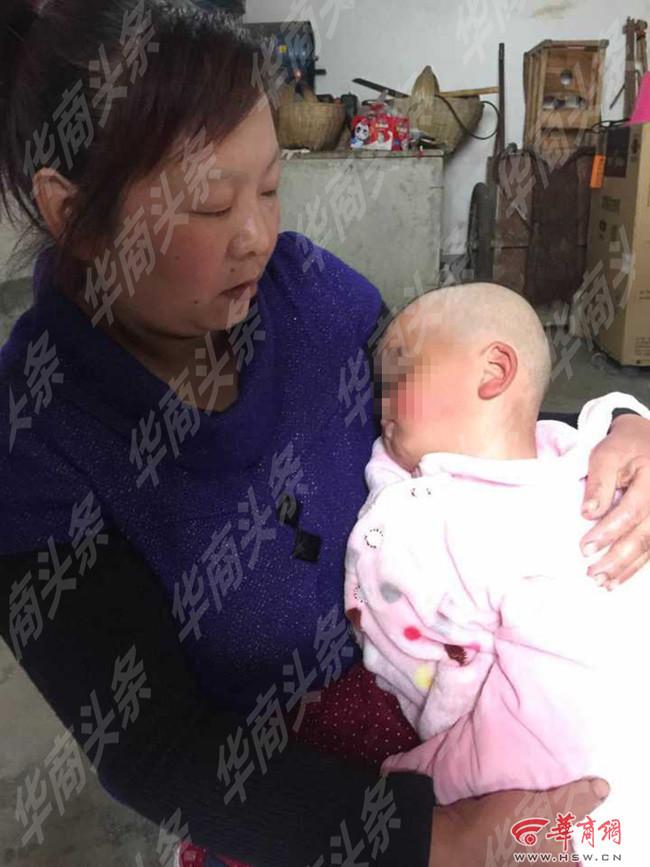 Bé gái 1 tuổi bị bắt cóc ngay trước cửa nhà - Ảnh 1.