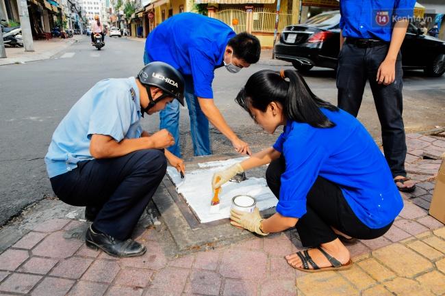 Nhìn những bức tranh trên nắp cống ở Sài Gòn đẹp như thế này, không ai nỡ xả rác nữa! - Ảnh 2.