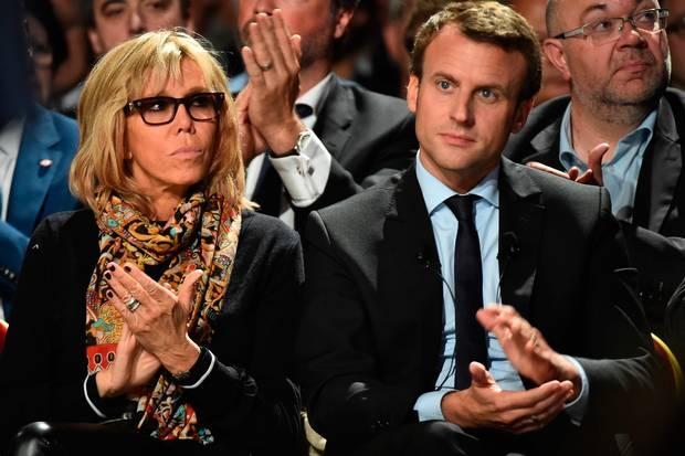 Tân Tổng thống Pháp mặc vest giá rẻ, phu nhân diện đồ đi mượn trong lễ nhậm chức - Ảnh 1.