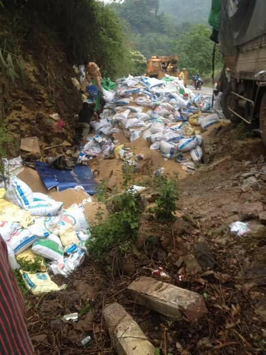 Hoà Bình: Xe tải chở cám đâm vào vách núi, 2 người tử vong - Ảnh 1.
