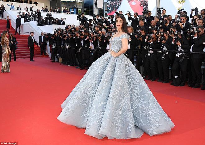 """5 người chạy theo nâng váy hộ """"Hoa hậu đẹp nhất mọi thời đại"""" Aishwarya Rai - Ảnh 1."""