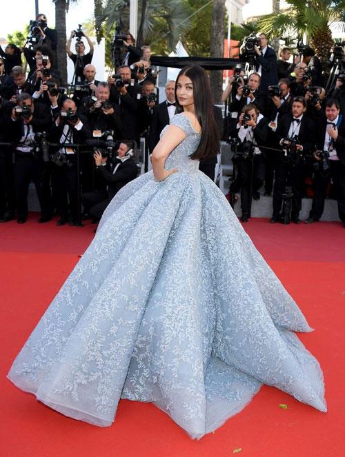 """5 người chạy theo nâng váy hộ """"Hoa hậu đẹp nhất mọi thời đại"""" Aishwarya Rai - Ảnh 2."""