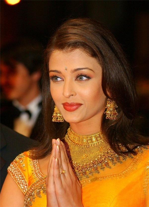 Hành trình 16 năm hóa nữ thần thảm đỏ Cannes của Hoa hậu Aishwarya Rai - Ảnh 1.