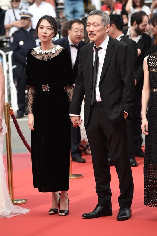Bất chấp dư luận, chàng 57, nàng 35 ngày càng mặn nồng trên thảm đỏ Cannes 2017 - Ảnh 1.