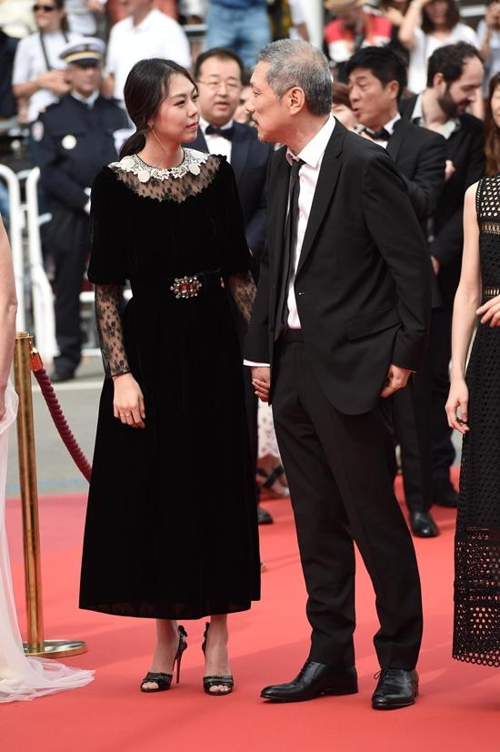 Bất chấp dư luận, chàng 57, nàng 35 ngày càng mặn nồng trên thảm đỏ Cannes 2017 - Ảnh 2.