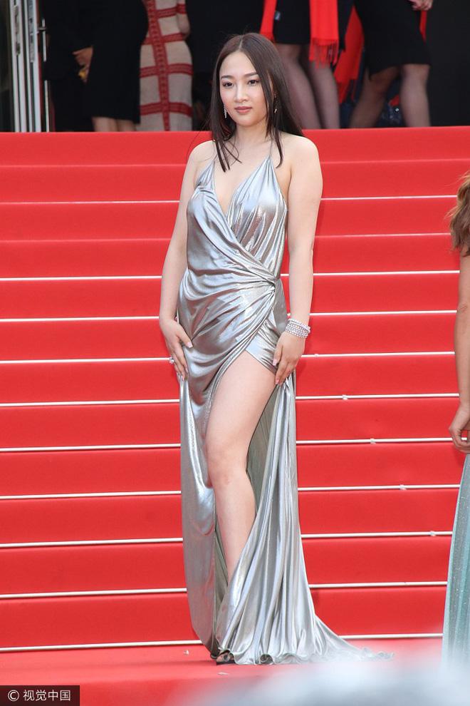 Người đẹp vô danh Cbiz tiếp tục bon chen thảm đỏ Cannes, tự biến mình thành Bella phiên bản lỗi - Ảnh 1.
