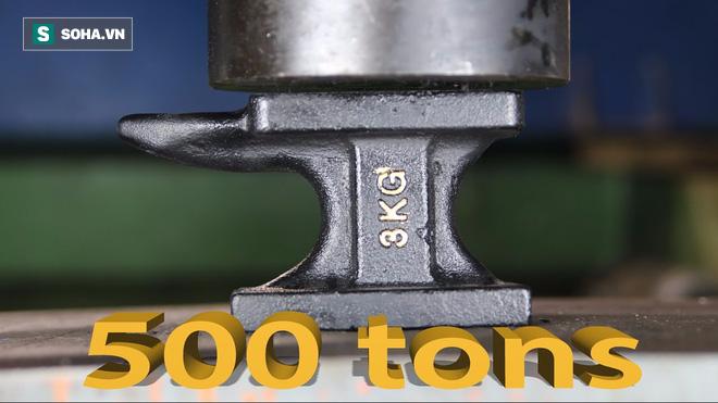 Làm từ thép nguyên chất, chiếc đe lò rèn vẫn tan nát trước máy ép thủy lực 500 tấn - Ảnh 1.