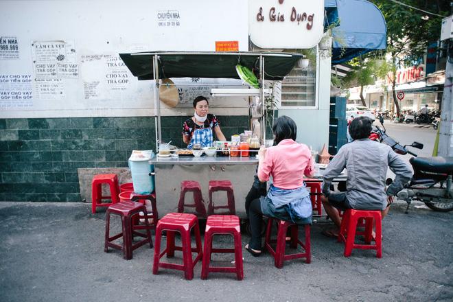 Chiều Sài Gòn lộng gió, ghé hẻm Cheo Leo ăn dĩa bột chiên giản dị mà gây nhớ gây thương suốt 43 năm - Ảnh 1.