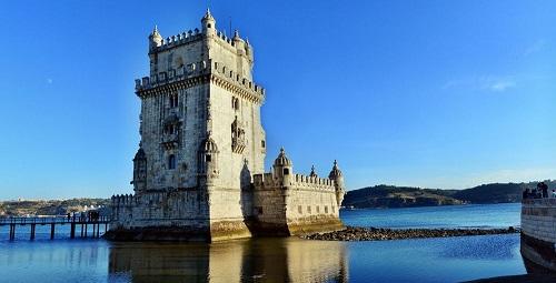 10 tòa lâu đài mang vẻ đẹp cổ tích vượt thời gian nổi tiếng khắp thế giới - Ảnh 1.