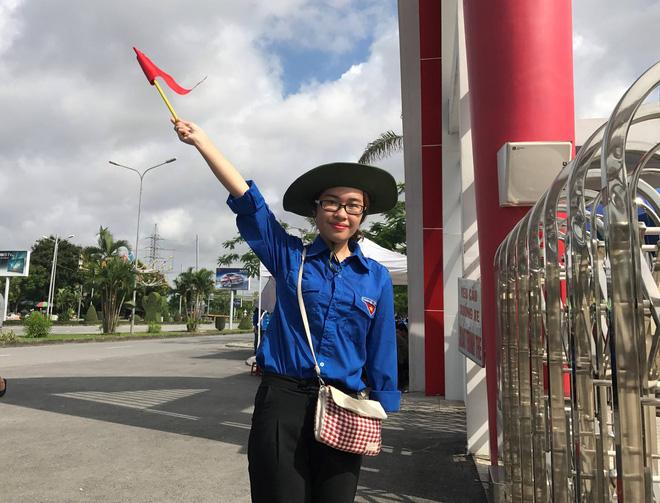 Nữ sinh tình nguyện khuyết một tay, điều phối phân làn giao thông tại điểm thi đại học - Ảnh 1.